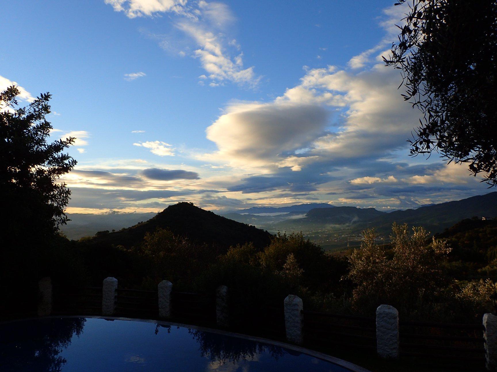 Widok z Finca Rocabella na wzgórze Sierra de Huma.
