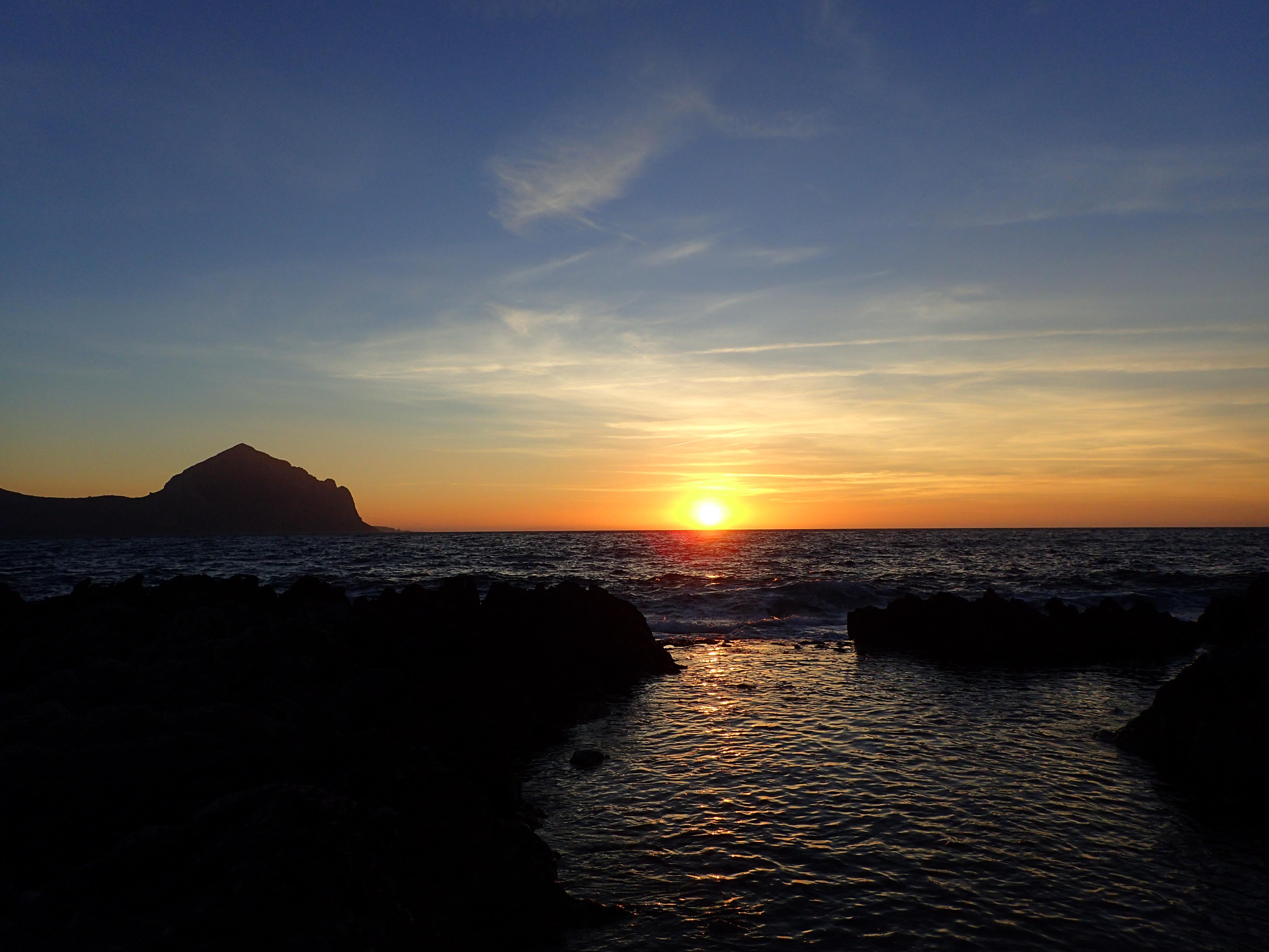Widok na Monte Cofano z Marinella Beach